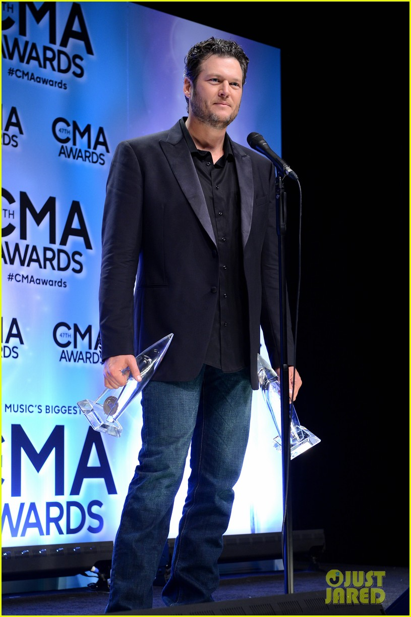 miranda lambert blake shelton cma awards 2013 red carpet 11