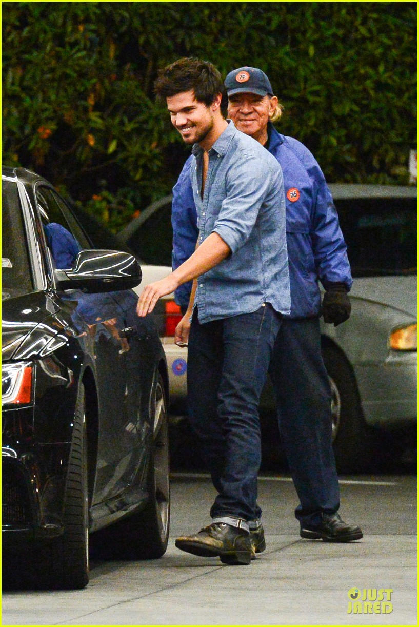 taylor lautner marie avgeropoulos lermitage dinner date 19