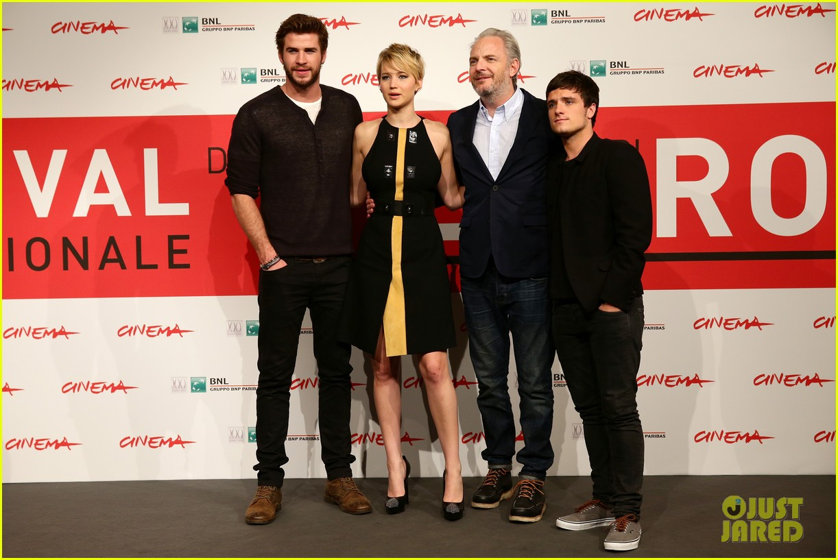 jennifer lawrence liam hemsworth catching fire rome photo call 03