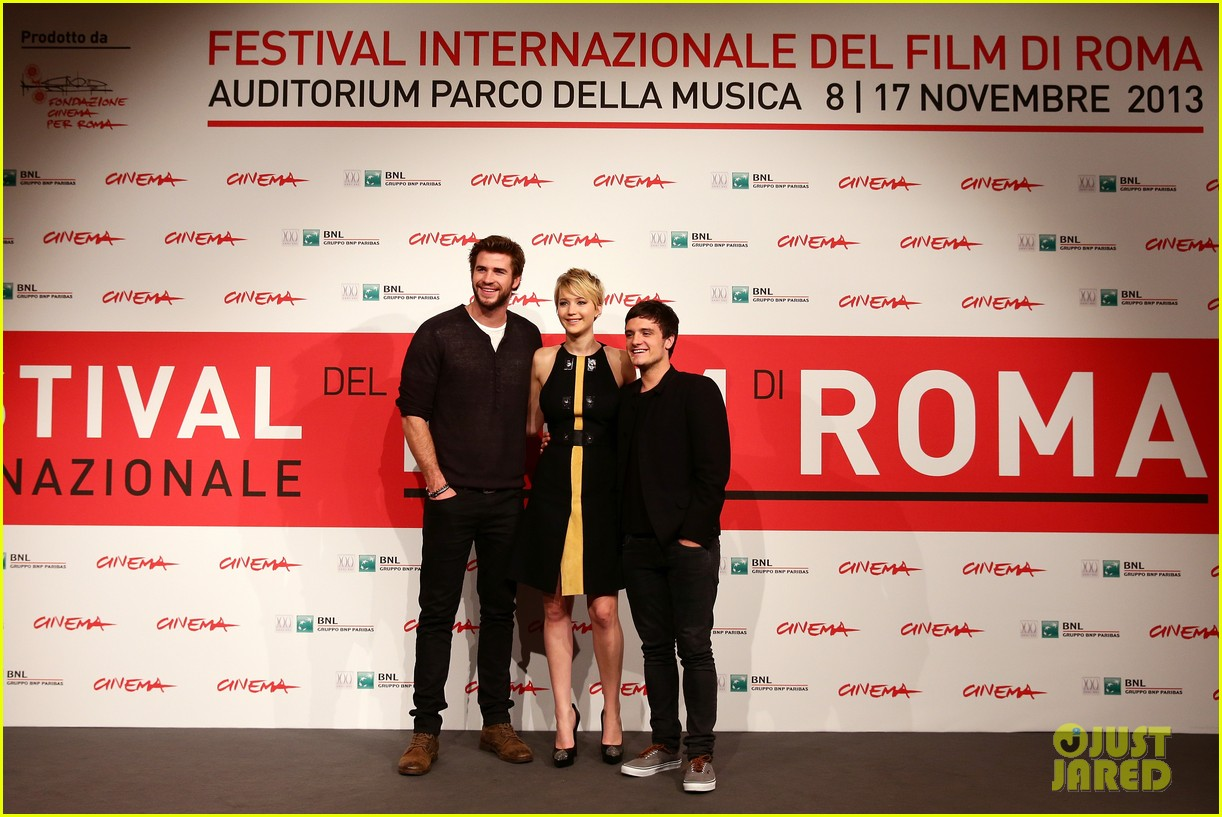 jennifer lawrence liam hemsworth catching fire rome photo call 12