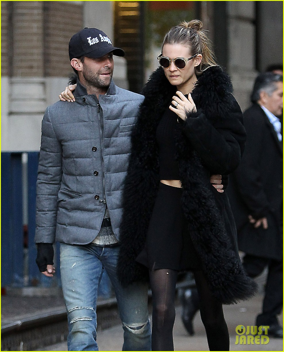 adam levine behati prinsloo hold hands after vs show 122992956