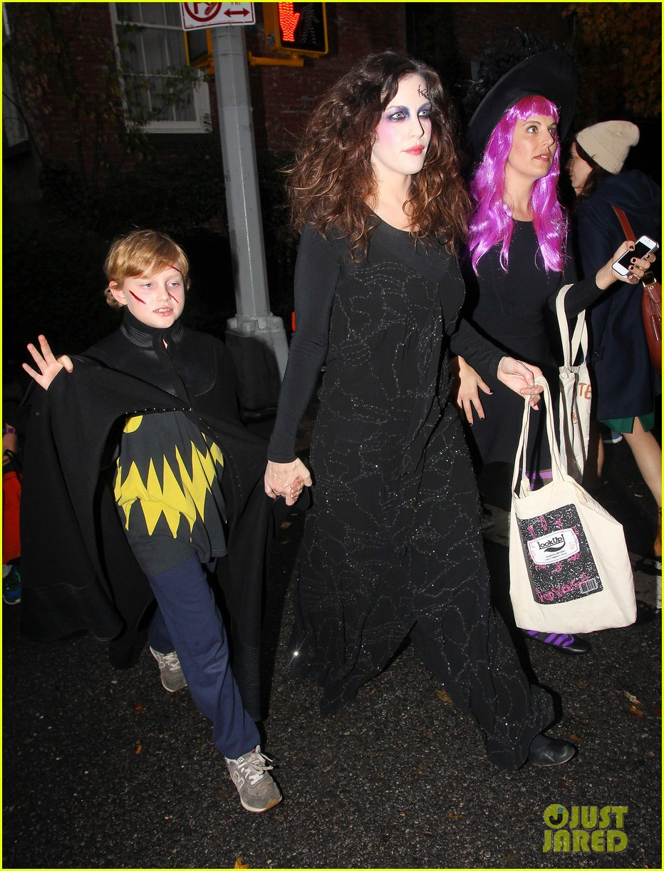 liv tyler trick or treats with milo on halloween 01