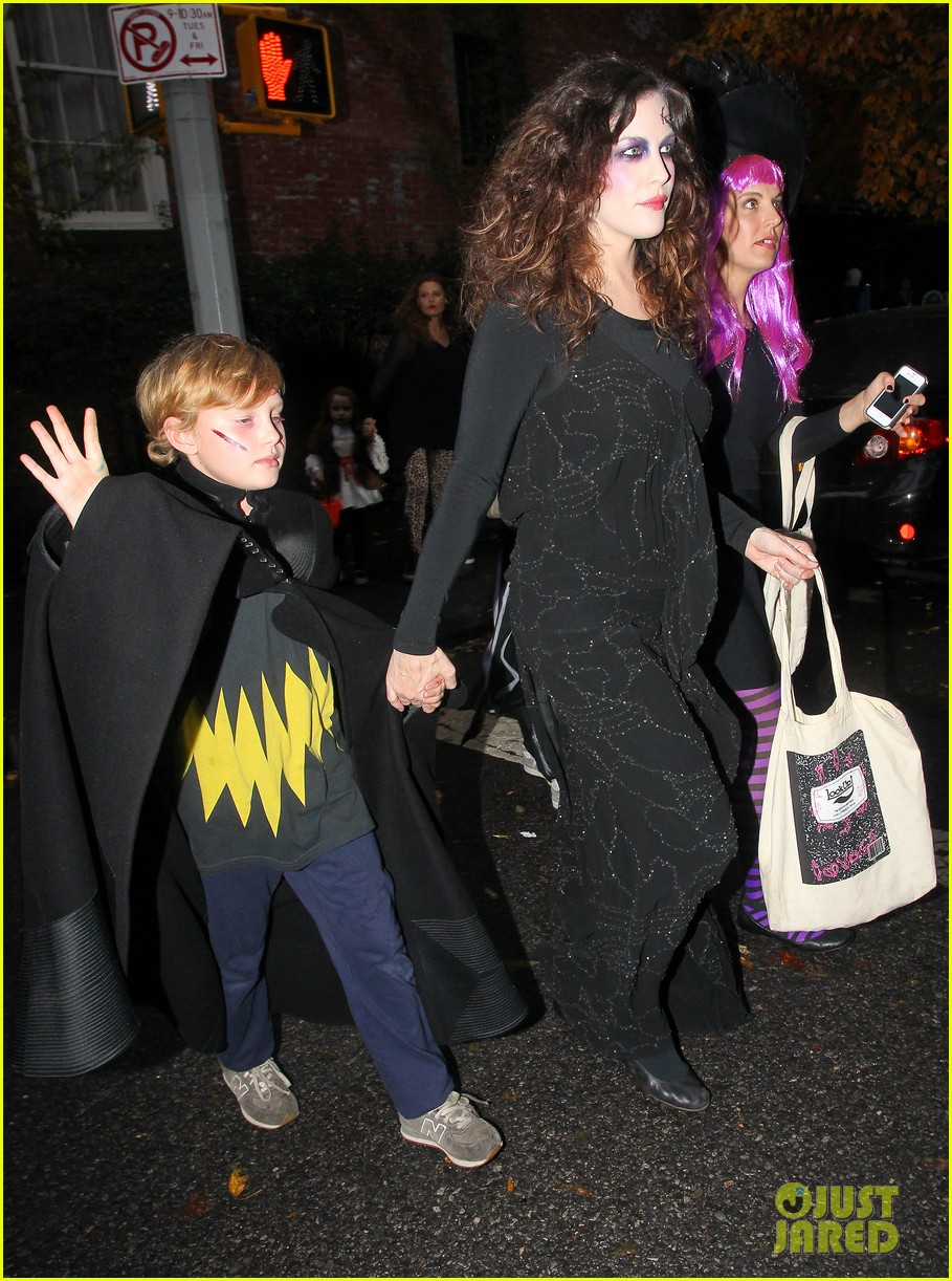 liv tyler trick or treats with milo on halloween 032984255
