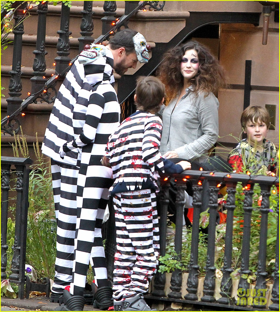 liv tyler trick or treats with milo on halloween 08