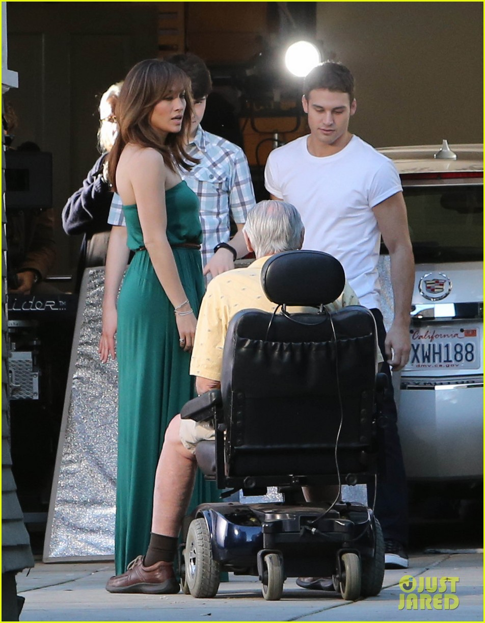 jennifer lopezs pal leah remini visits star on boy next door set 05