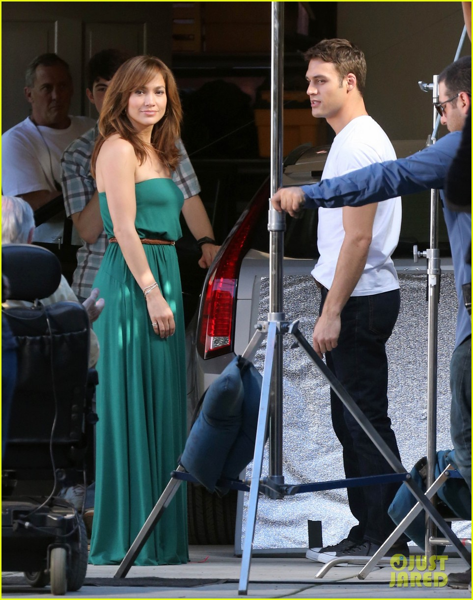 jennifer lopezs pal leah remini visits star on boy next door set 263002068