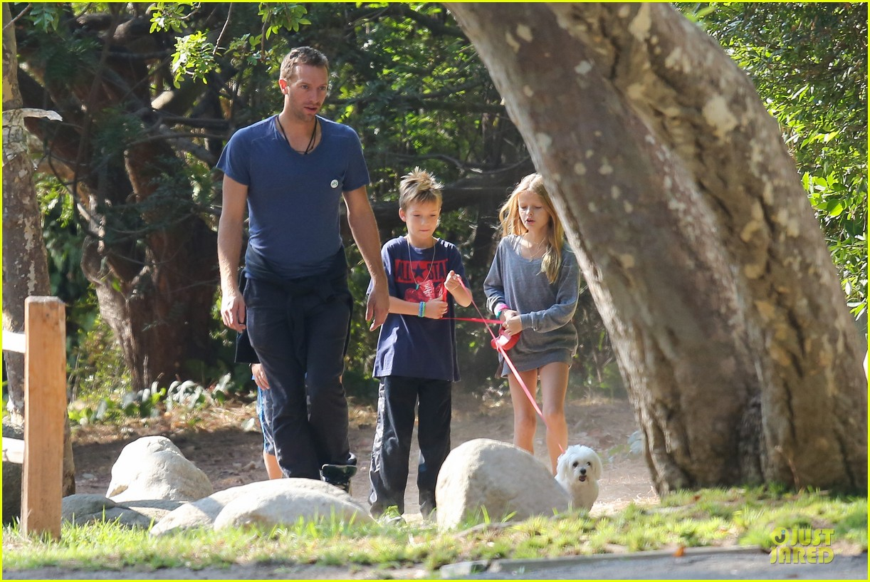 chris martin stroll with kids after kanye west concert 11