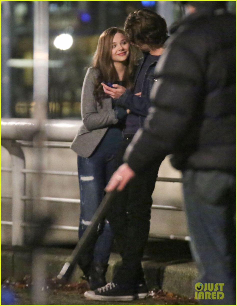 chloe moretz kisses co star jamie blackley on set 093001233