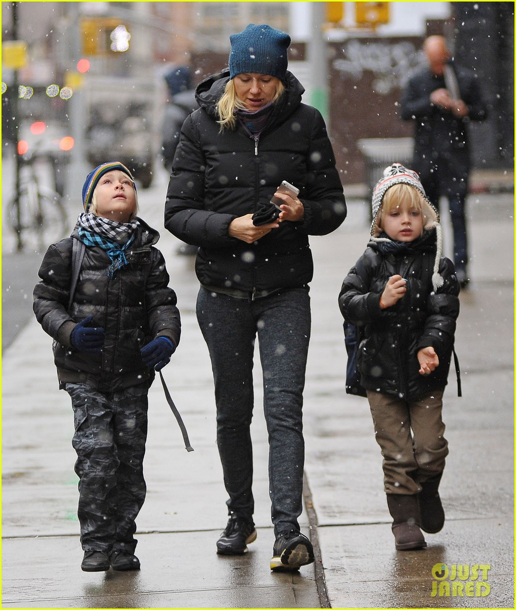 naomi watts snowy walk to school sasha samuel 10