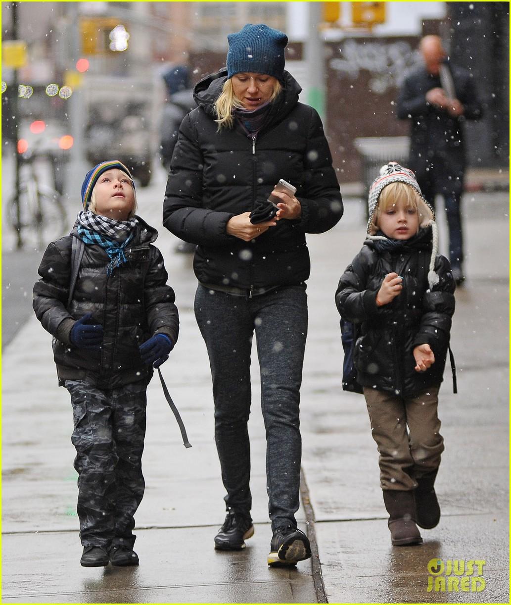 naomi watts snowy walk to school sasha samuel 102991628