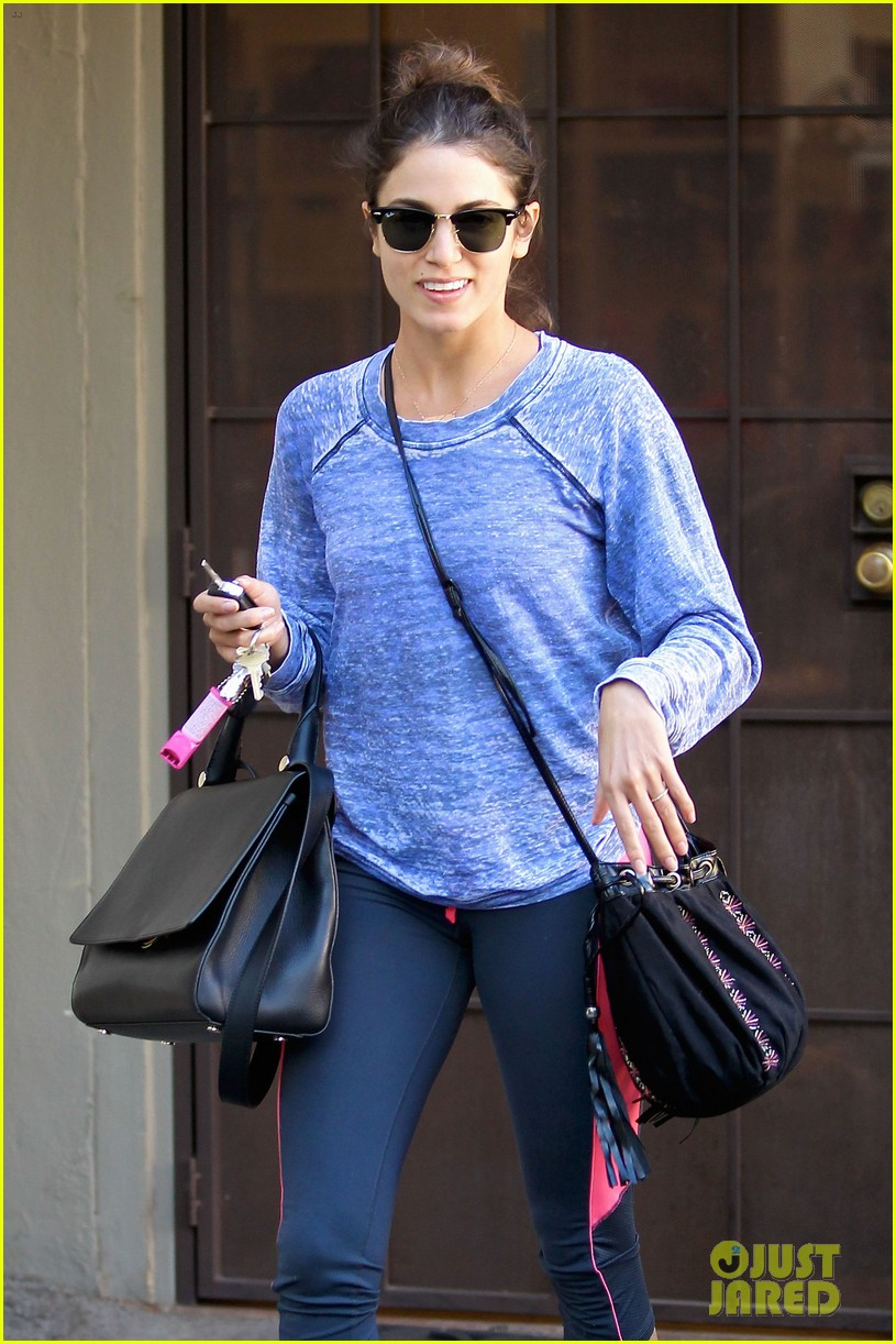 nikki reed pet store stop before nyc trip 01