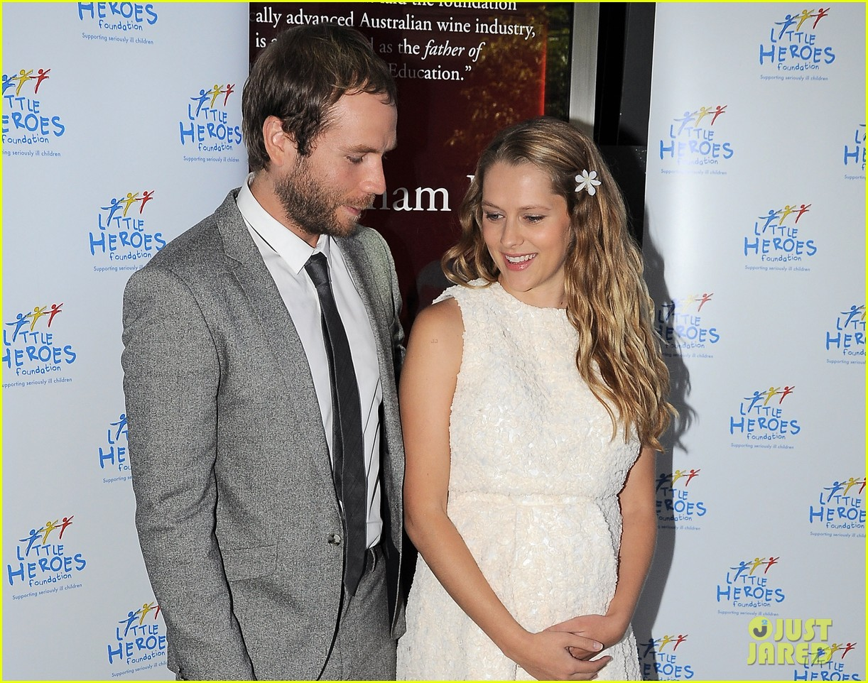 teresa palmer cradles baby bump at little heroes lunch 042986571