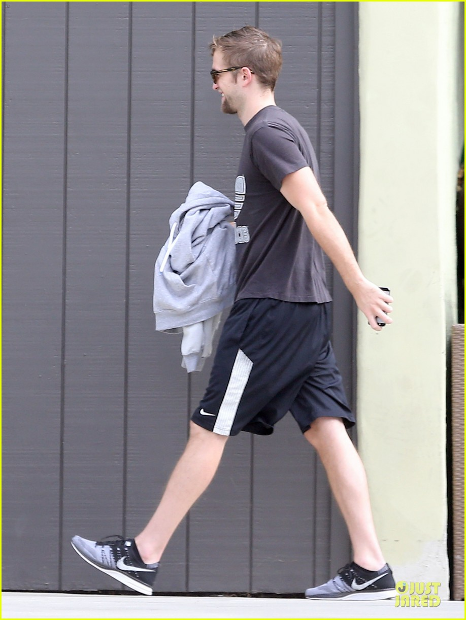 robert pattinson bulks up at workout session 09