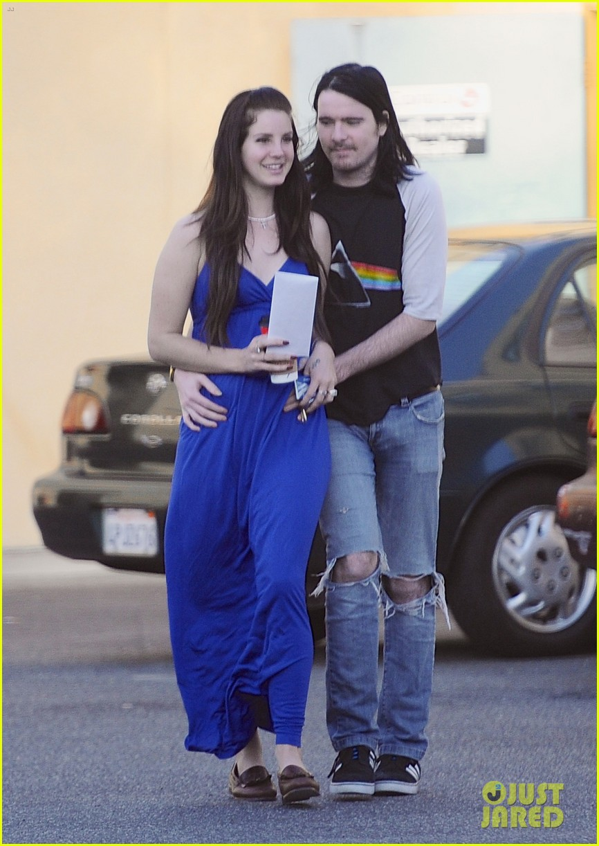 lana del rey barrie james oneil affectionate shopping trip 05