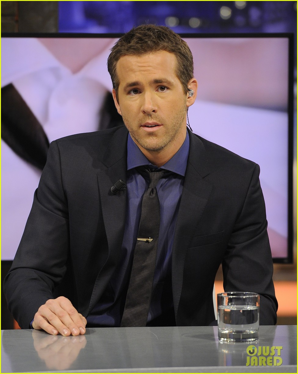 ryan reynolds lets fans feel him up at boss bottled event 043000833