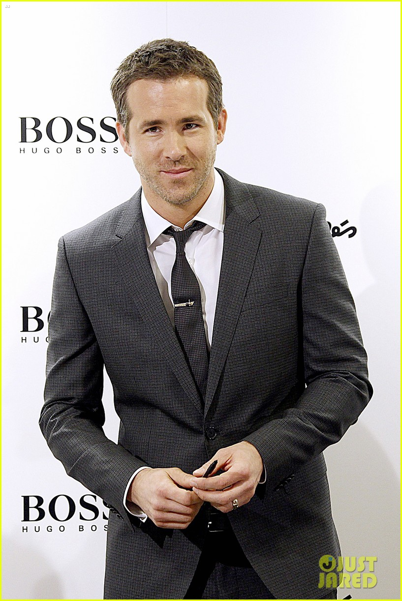 ryan reynolds lets fans feel him up at boss bottled event 13
