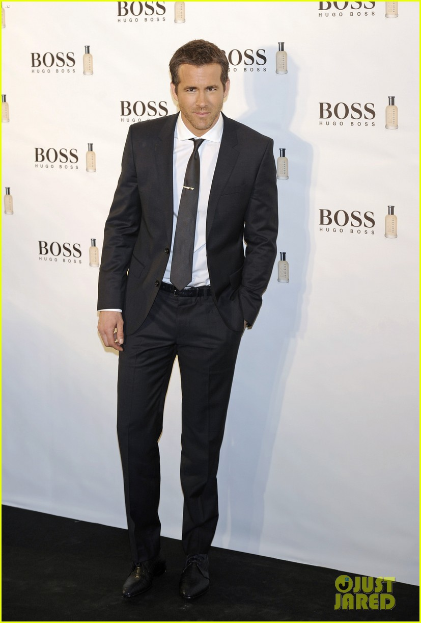ryan reynolds wears suit tie sexy smile for boss event 04