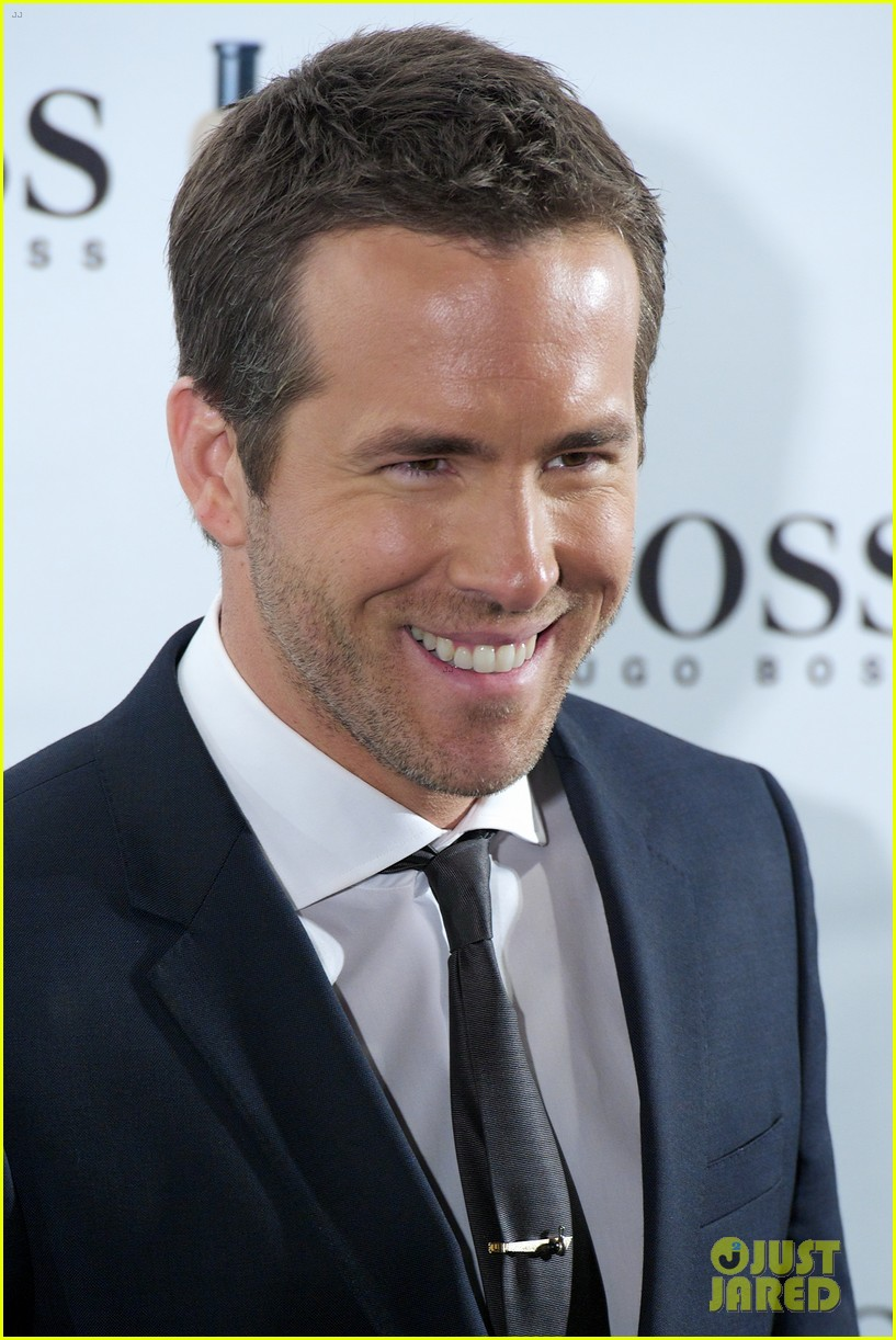 ryan reynolds wears suit tie sexy smile for boss event 05
