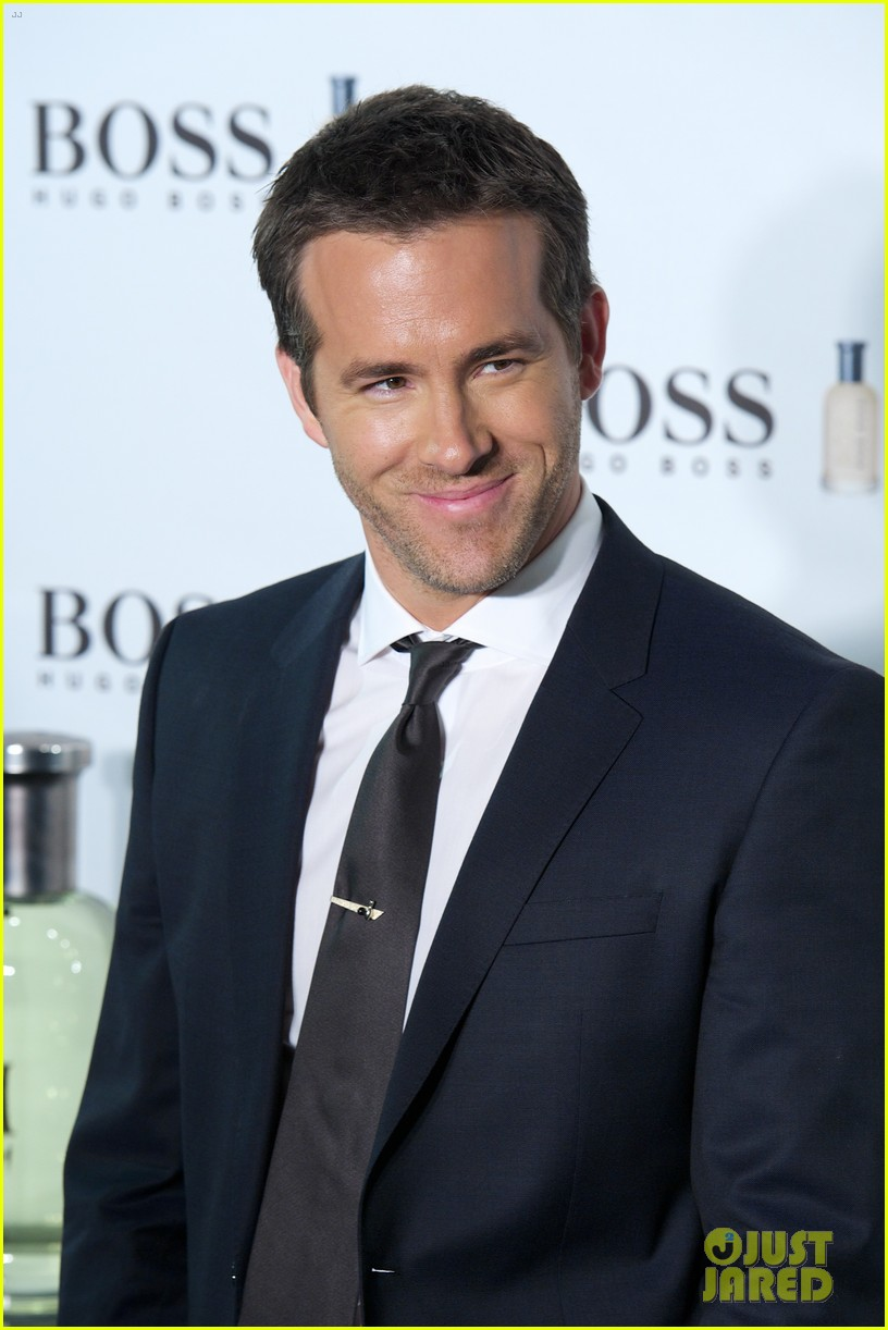 ryan reynolds wears suit tie sexy smile for boss event 07