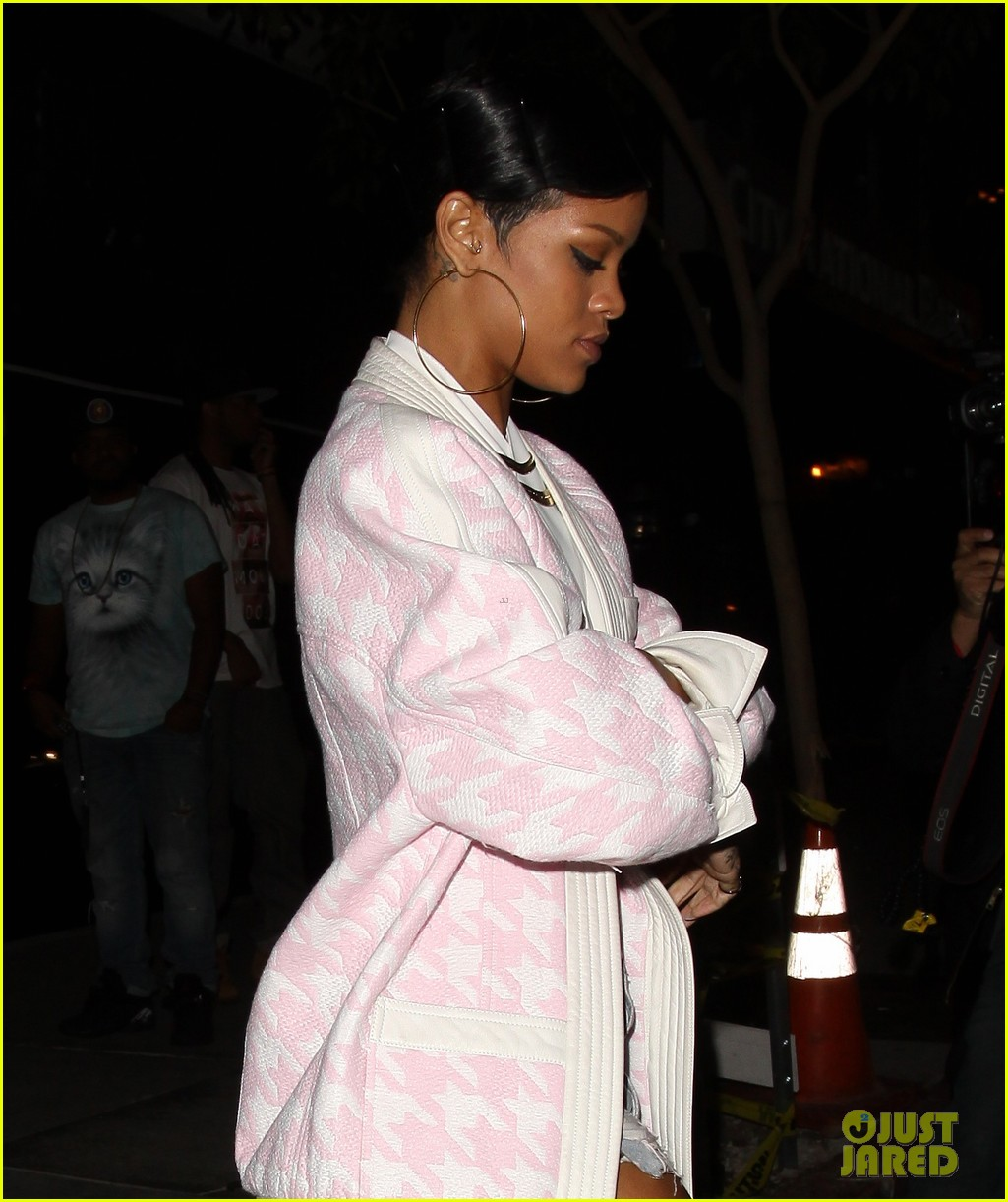 rihanna donates 100000 to unicef for philippines relief 023000861