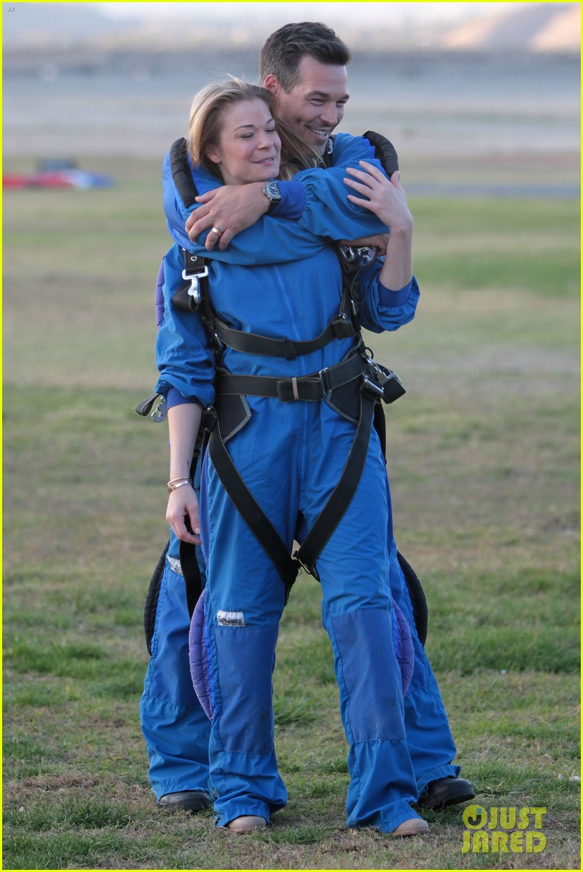leann rimes eddie cibrian skydive elsinore couple 01