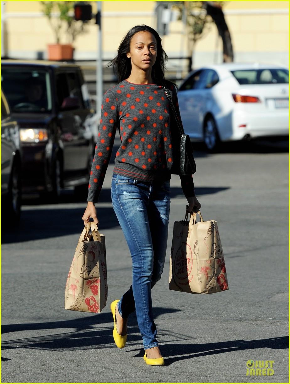 zoe saldana grabs groceries marco perego walks mugsy 01