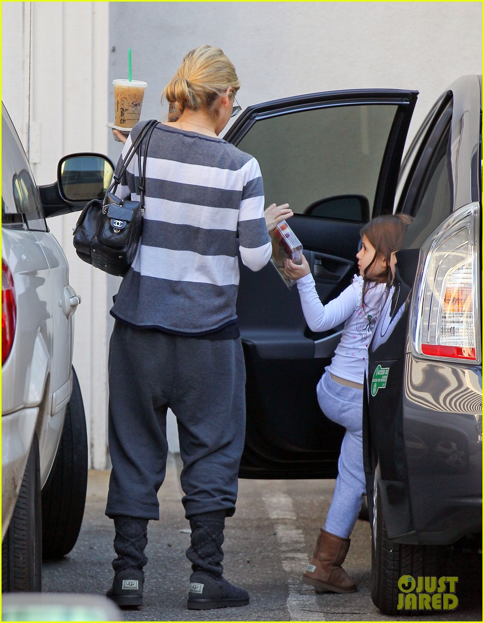 sarah michelle gellar stops at starbucks on thanksgiving 043002161