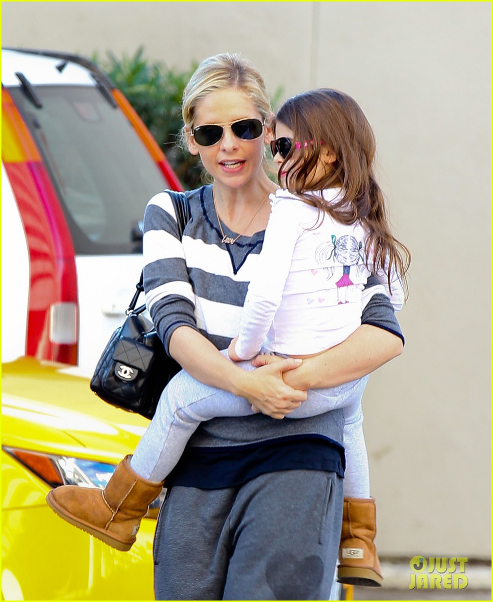 sarah michelle gellar stops at starbucks on thanksgiving 10