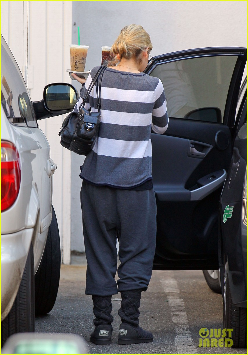 sarah michelle gellar stops at starbucks on thanksgiving 133002170
