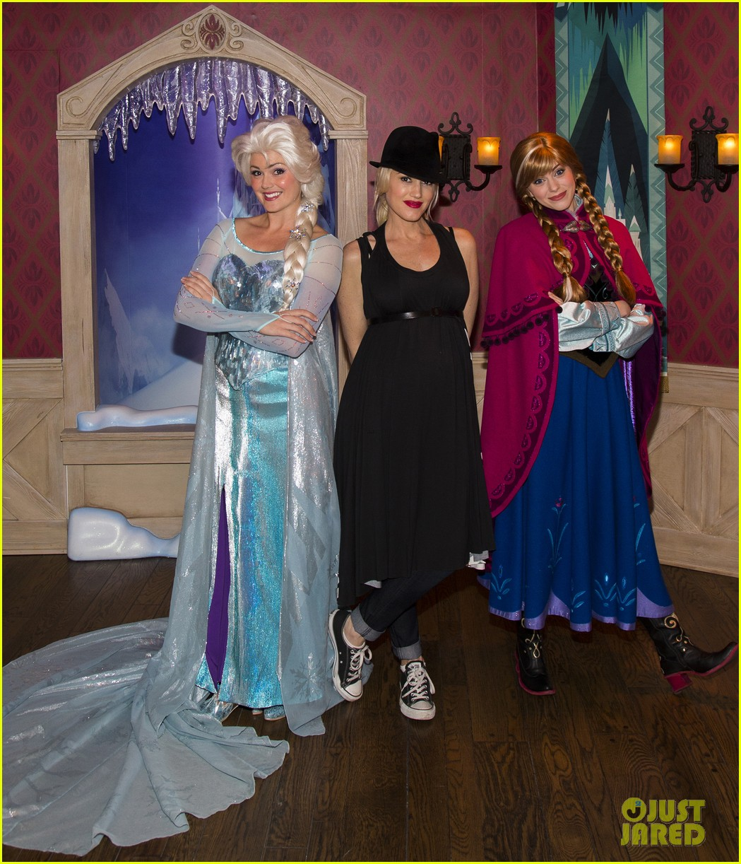 gwen stefani meets frozen characters at disneyland 07