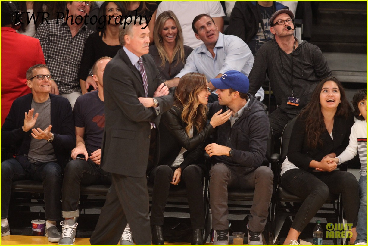 olivia wilde jason sudeikis kissing at lakers game 02
