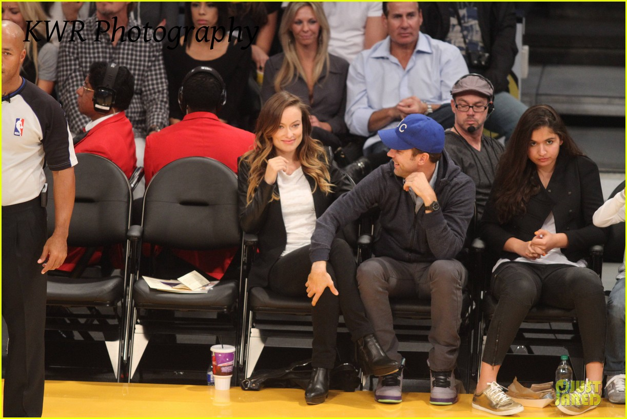 olivia wilde jason sudeikis kissing at lakers game 11