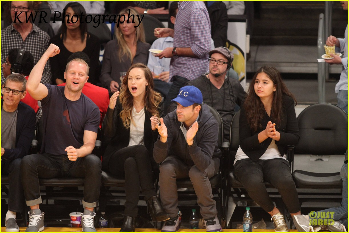 olivia wilde jason sudeikis kissing at lakers game 22