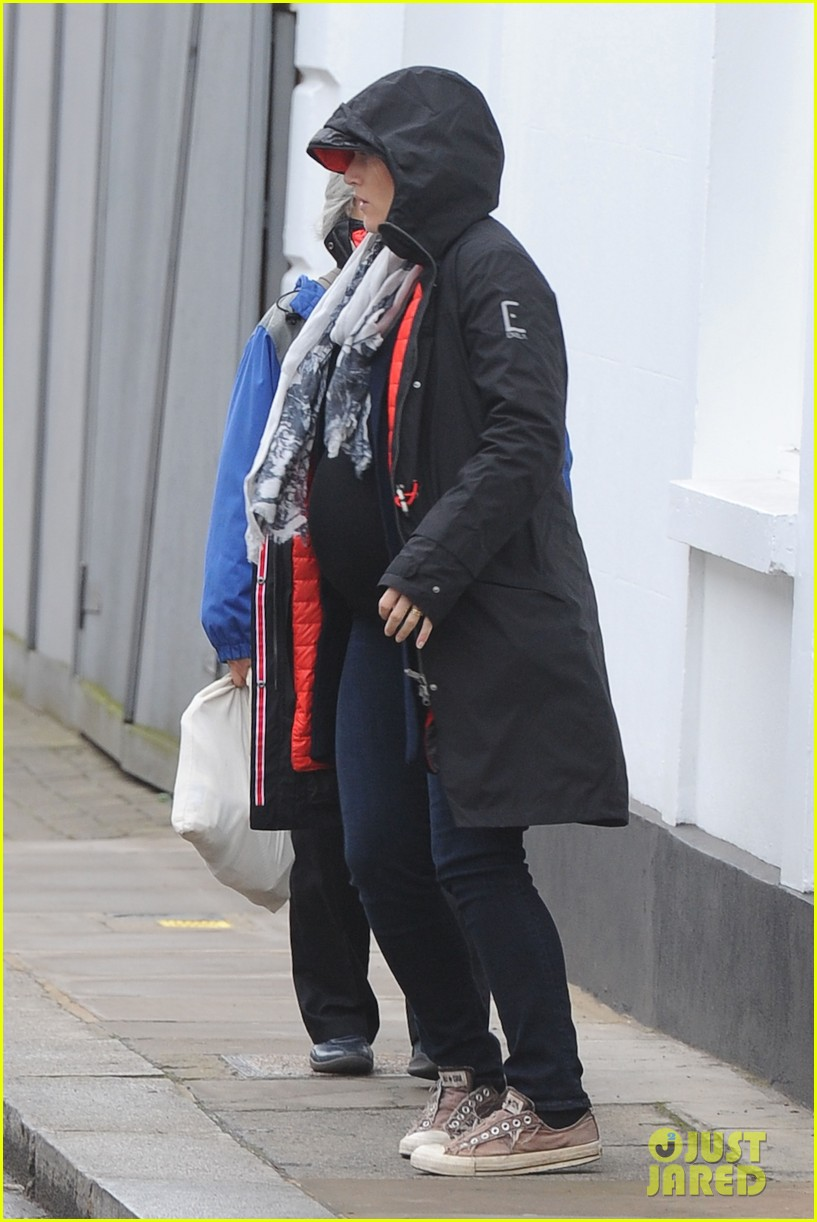 pregnant kate winslet plays peek a boo with her hood 09