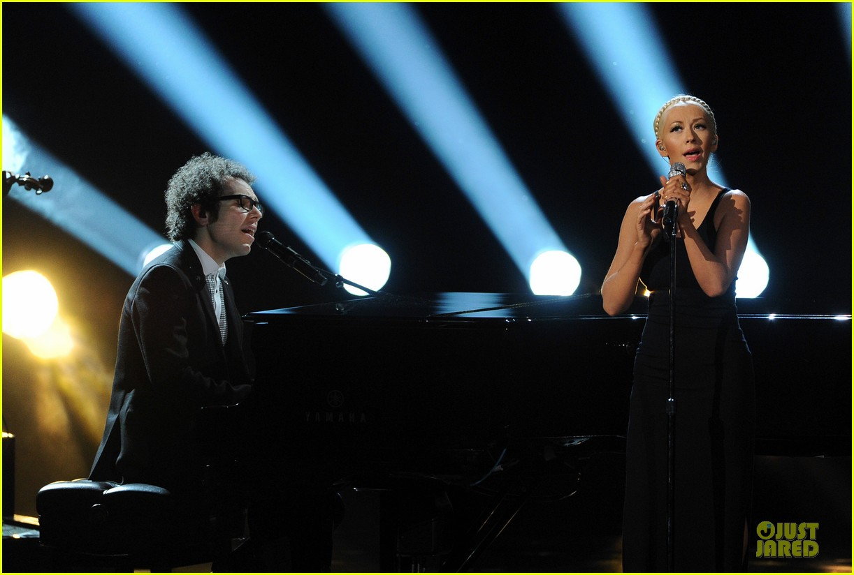 Aguilera en los American Music - Página 3 Christina-aguilera-great-big-world-say-something-amas-2013-performance-video-03