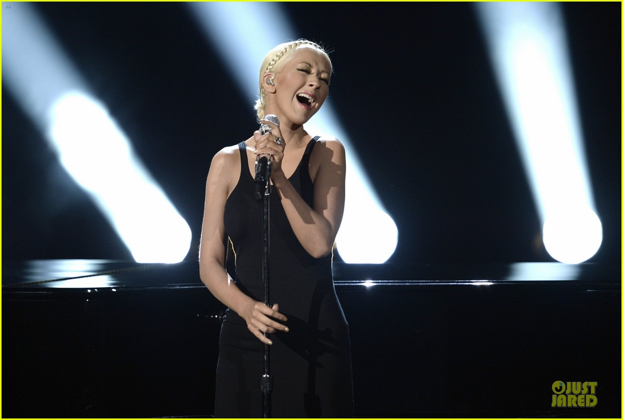 Aguilera en los American Music - Página 3 Christina-aguilera-great-big-world-say-something-amas-2013-performance-video-08