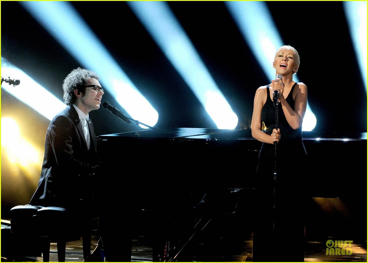 Aguilera en los American Music - Página 3 Christina-aguilera-great-big-world-say-something-amas-2013-performance-video-10