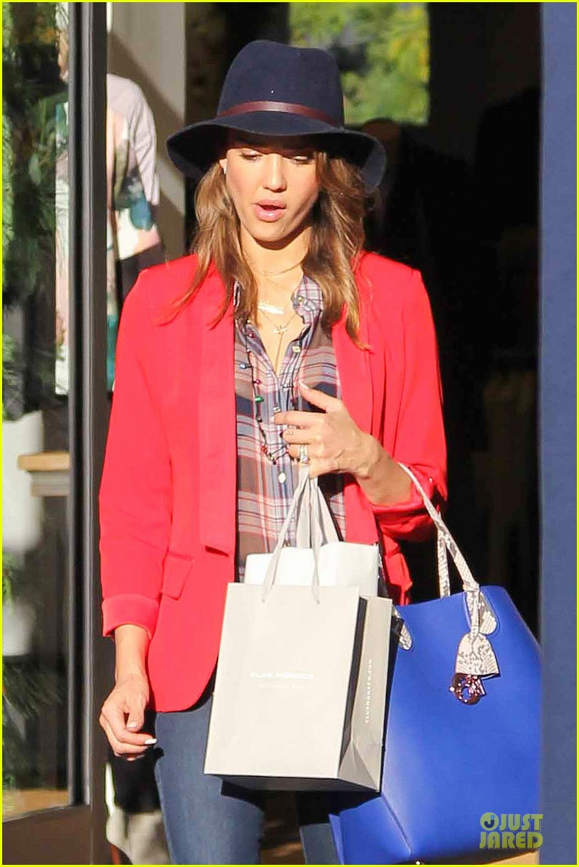 jessica alba red hot holiday shopping trip 023017351
