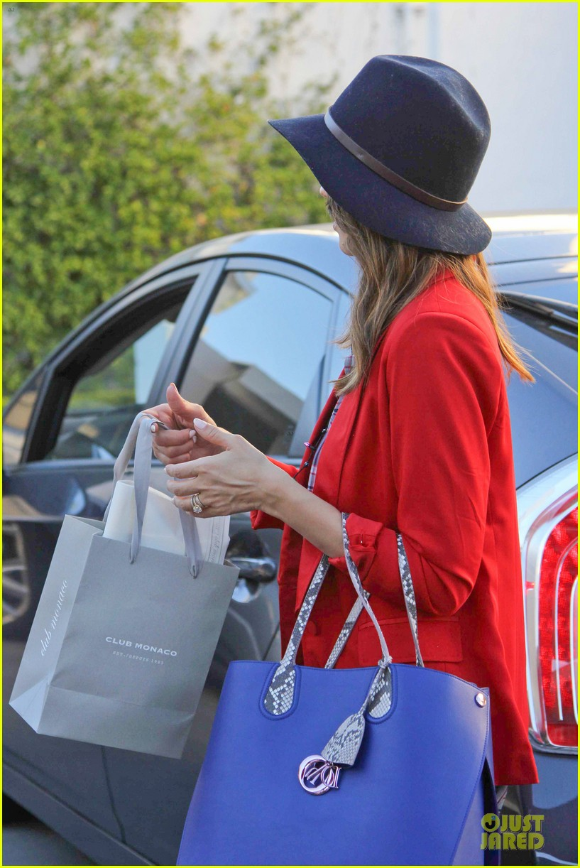 jessica alba red hot holiday shopping trip 06