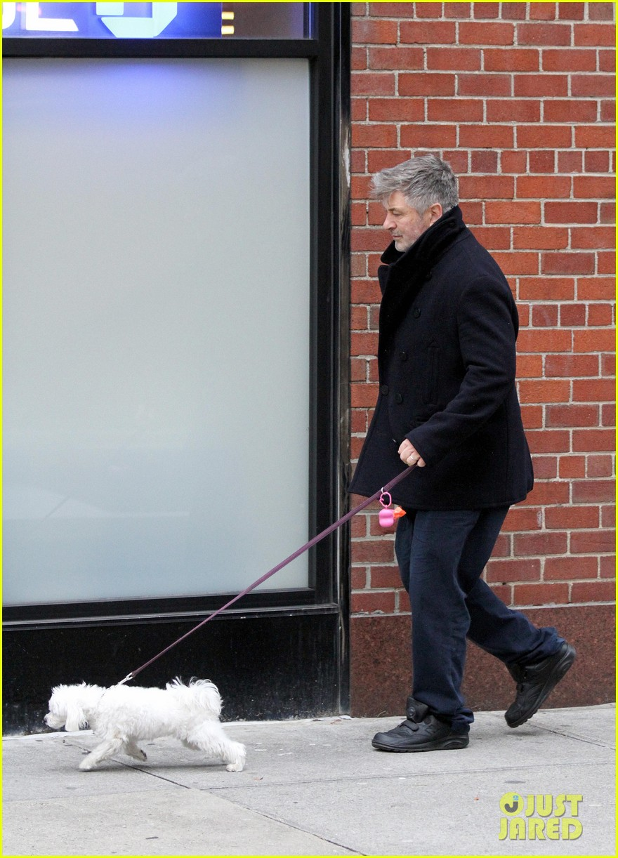 alec baldwin bikes in shorts in freezing new york city 09