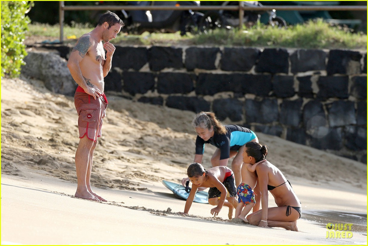 alex oloughlin shirtless beach bonding with maia jones 143012535