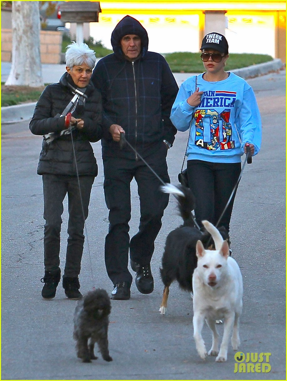 amanda bynes saturday stroll with parents pups 123007592