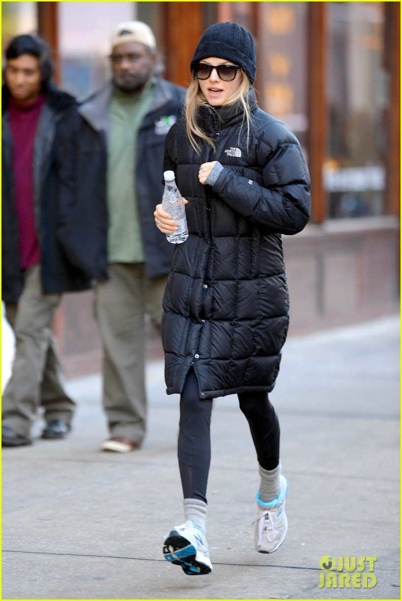 amanda seyfried jogs in the freezing big apple weather 10