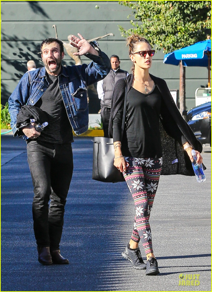 jamie mazur photobombs alessandra ambrosio on christmas eve 06