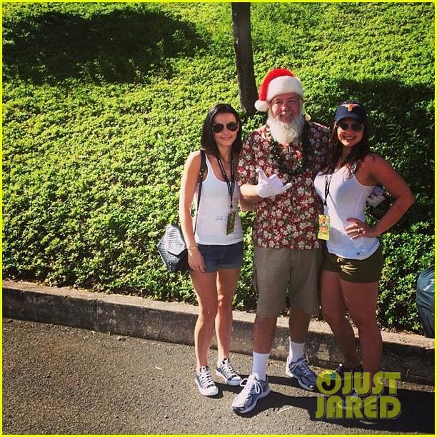 stephen amell hawaii trip with cassandra jean baby mavi 05