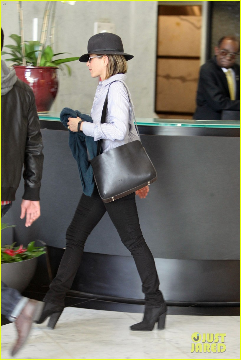 jennifer aniston visits skin care clinic after christmas shopping 14