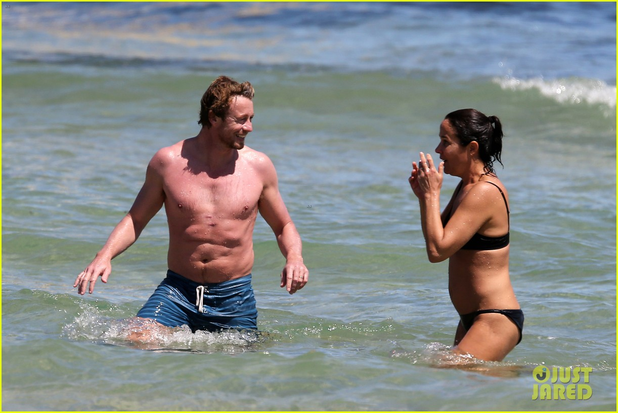 simon baker shirtless beach day with wife rebecca rigg 21