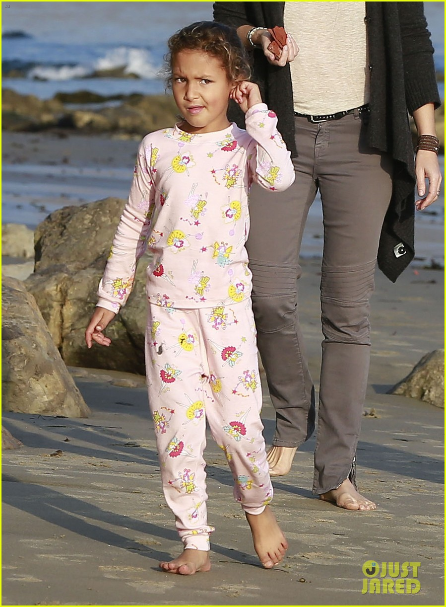 halle berry strolls the beach with nahla friends 02