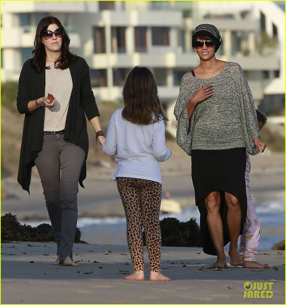 halle berry strolls the beach with nahla friends 13