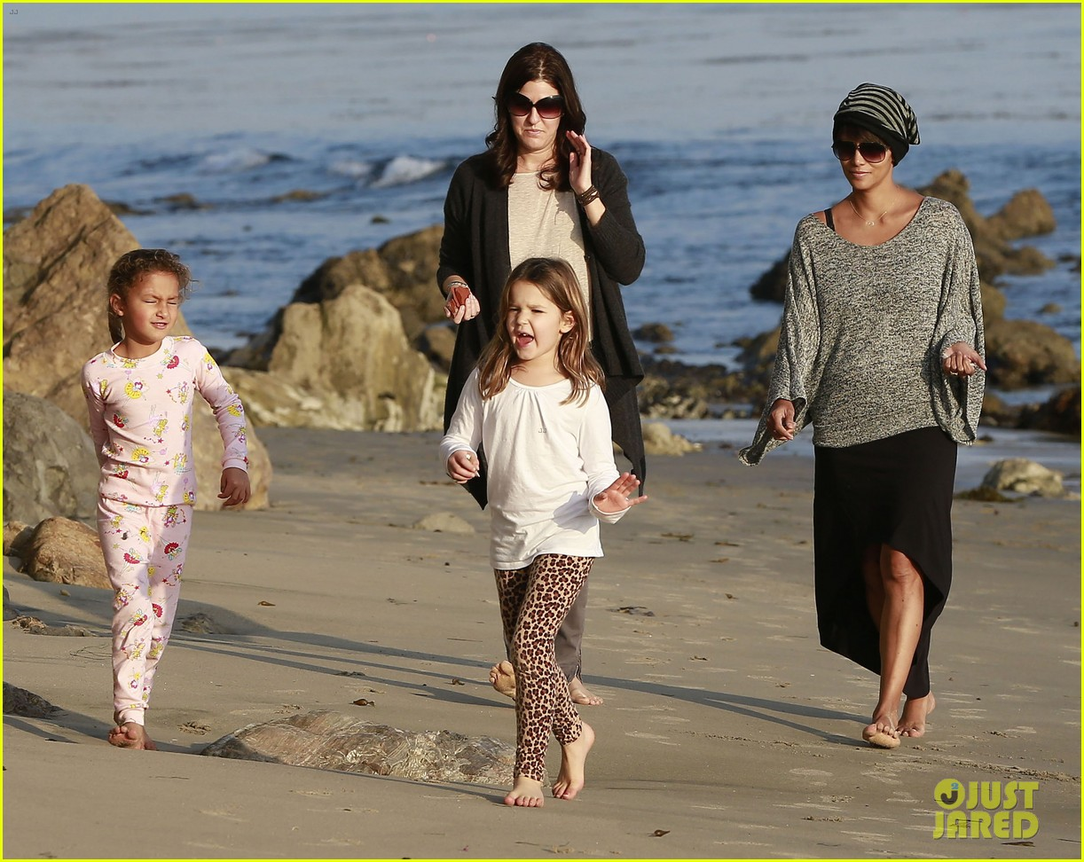 halle berry strolls the beach with nahla friends 20